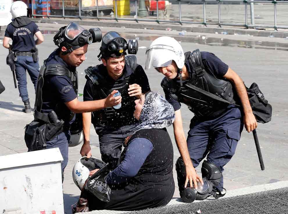 Policías-ayudan-a-mujer-afectada-por-el-gas-lacrimógeno.-Ankara-Turquía-2013.