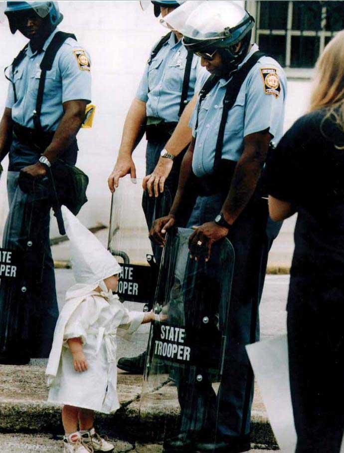 Un-niño-toca-su-reflejo-durante-una-marcha-del-Ku-Klux-Klan.-Georgia-EEUU-1992.