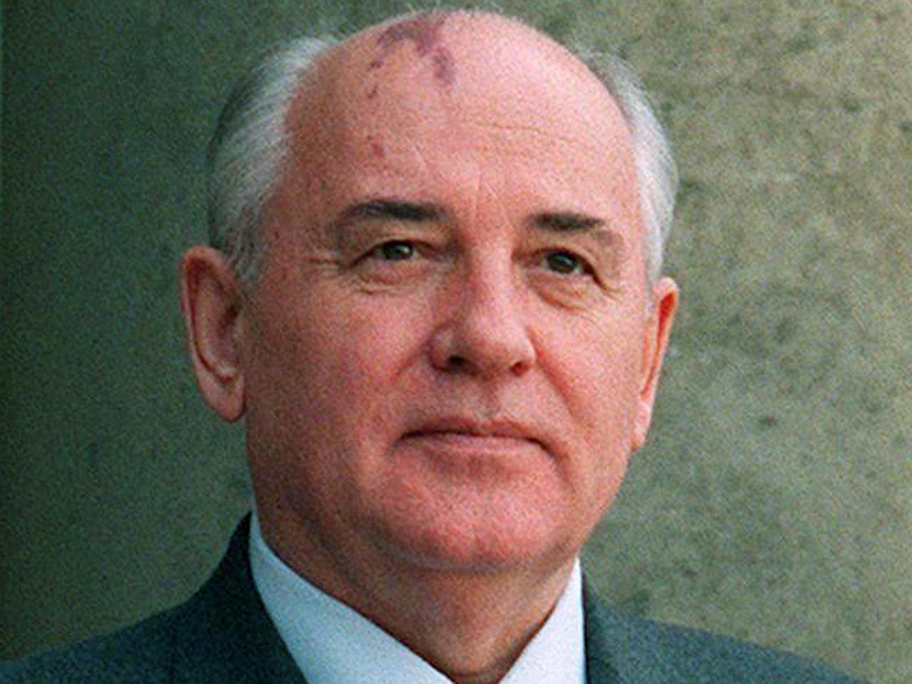 Soviet president Mikhail Gorbachev (L) and his wif