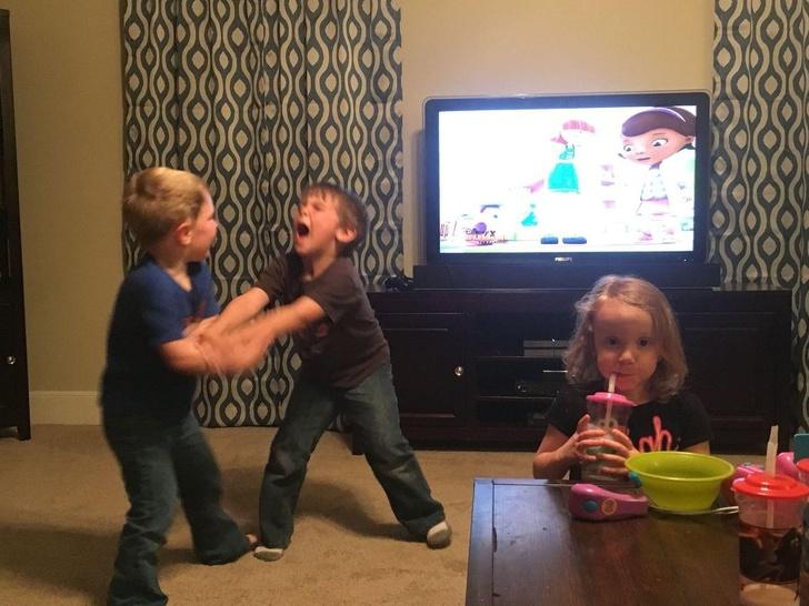 Los padres comparten las rabietas ridículas que sus hijos les hacen y nos preguntamos cómo mantienen todo bajo control